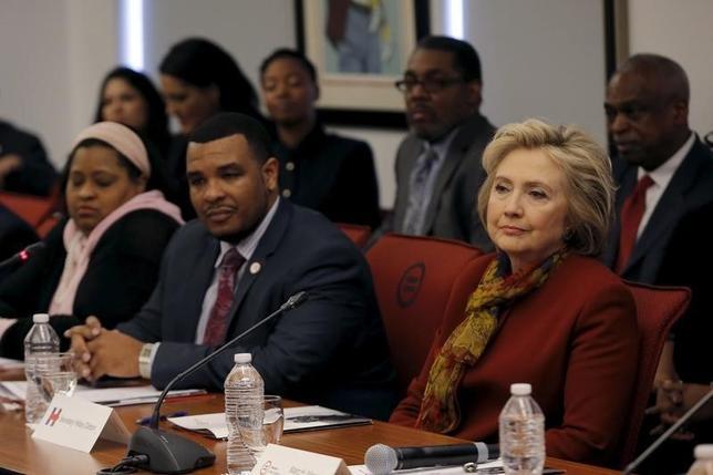 2月16日、ヒラリー・クリントン前国務長官はニューヨーク・マンハッタンにある全国都市同盟本部を訪れ、2時間にわたりアル・シャープトン師らと会談した。(2016年 ロイター/Mike Segar)
