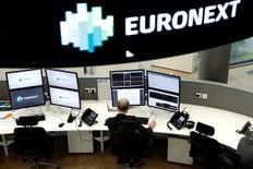 Euronext vise une stabilité de sa base de coûts cette année par rapport à l'exercice 2015 au cours duquel le groupe a enregistré une baisse de ses charges opérationnelles. L'opérateur boursier a fait état d'un chiffre d'affaires 2015 en hausse de 10,1% sur une base ajustée, à 518,5 millions d'euros, et de 13,1% en données publiées. /Photo d'archives/REUTERS/Benoît Tessier