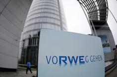 RWE a annoncé qu'il passerait le dividende de 2015 sur ses actions ordinaires, des dépréciations sur ses centrales allemandes et britanniques ayant débouché sur une perte nette annuelle de l'ordre de 200 millions d'euros, alors que les analystes interrogés par Reuters attendaient un bénéfice net de 1,16 milliard d'euros. /Photo d'archives/REUTERS/Ina Fassbender
