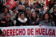 Un juzgado de Madrid absolvió el miércoles a ocho sindicalistas que estaban acusados de delitos contra los derechos de los trabajadores y lesiones por unos hechos ocurridos ante las puertas de una instalación de Airbus durante una huelga general en 2010. En esta imagen de archivo, trabajadores y sindicalistas de Comisiones Obreras y de Unión General de Trabajadores se manifiestan durante el Día Mundial del Derecho a la Huelga en Málaga el 18 de febrero de 2015.  REUTERS/Jon Nazca