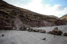 Residentes bloquean una calle durante una protesta contra la mina Las Bambas, en Apurimac, Perú. 29 de septiembre de 2015. Familias de una región andina de Perú que fueron reubicadas para dar paso al proyecto de cobre Las Bambas ocuparon el martes sus antiguas tierras para presionar a la empresa por el pago de compensaciones, dijeron un dirigente local y la Defensoría del país. REUTERS/ El Comercio
