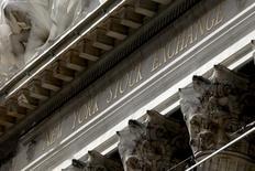 Здание Нью-Йоркской фондовой биржи на Манхэттене. Американский фондовый рынок открылся повышением в среду, взяв курс на третий день подъёма, драйвером которого стали акции энергетического сектора и сектора материалов, которые были поддержаны растущими ценами на нефть.  REUTERS/Mike Segar