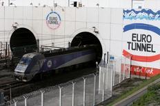 Eurotunnel a dégagé un Ebitda (excédent brut d'exploitation) quasiment stable en 2015 et a porté à 29 millions d'euros sa demande d'indemnisation visant à compenser ses pertes de revenus liés à la crise des migrants dans le port de Calais.  /Photo prise le 20 octobre 2015/REUTERS/Pascal Rossignol