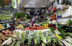 La inflación al consumidor de China se aceleró a un máximo de cinco meses en enero, pero los precios al productor se contrajeron por cuadragésimo séptimo mes consecutivo después de que el desplome en los mercados de materias primas y la débil demanda reavivaran la presión deflacionaria. En la imagen, una vendedora toma verdurasd en un mercado de Pekín, el 18 de febrero de 2016. REUTERS/Jason Lee