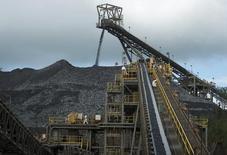 Золотой рудник Пуэбло-Вьехо в Доминикане, принадлежащий Barrick Gold Corporation.  Крупнейший в мире производитель золота Barrick Gold Corp в среду сообщил, что хочет выпустить 5-5,5 миллиона унций золота и сократить долг по крайней мере на $2 миллиарда в текущем году. REUTERS/Ricardo Rojas