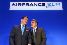 Le PDG d'Air France-KLM Alexandre de Juniac (à droite) et le PDG de KLM, Pieter Elbers. Air France-KLM a renoué avec un bénéfice d'exploitation en 2015. Le groupe franco-néerlandais anticipe que la probable baisse des prix des billets liée à la concurrence accrue entamera en 2016 les gains tirés des prix plus abordables du carburant. /Photo prise le 18 février 2016/REUTERS/Charles Platiau