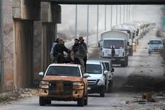 Сирийские повстанцы сопровождают конвой помощи сирийского Красного полумесяца, направляющийся в провинцию Идлиб.  Не менее двух тысяч сирийских повстанцев вернулись в страну из Турции за последнюю неделю, чтобы усилить сопротивление наступлению курдских боевиков, сообщили источники в среде повстанцев в четверг. REUTERS/Ammar Abdullah