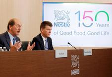 El presidente ejecutivo de Nestlé, Paul Bulcke (izq.), junto al jefe financiero, Francois-Xavier Roger, durante una conferencia de prensa en la sede de la compañía en Vevey, Suiza. 18 de febrero de 2016. El grupo de alimentos Nestlé dijo que espera unos precios y una expansión más débiles en el 2016, en línea con el año pasado, al tiempo que reportó un crecimiento orgánico para todo el ejercicio de un 4,2 por ciento, justo por debajo de las expectativas del mercado. REUTERS/Pierre Albouy