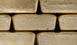 Foto de archivo de unos lingotes de oro fotografiados en Viena, Austria, 26 de agosto de 2011. El oro caía el jueves en momentos en que el avance de las acciones moderaba el ímpetu alcista en el metal precioso, aunque la incertidumbre sobre la dirección de la política monetaria en Estados Unidos impulsaba los precios a más de 1.200 dólares la onza. REUTERS/Lisi Niesner/Files