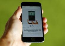 Un celular Iphone 6 de Apple muestra la aplicación Apple Pay, en esta ilustración fotográfica tomada en Encinitas, California, 3 de junio de 2015. Apple Inc lanzó su programa de pago a través de teléfonos móviles en China el jueves, en un intento por convencer a los cientos de millones de usuarios de los servicios dominantes del país a que cambien de sistema. REUTERS/Mike Blake/Files