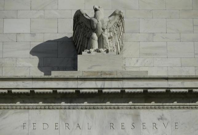 2月18日、米NY連銀が実施した調査によると、FRBの次の動きは利上げになるとの見方が強いことが分かった。写真はワシントンのFRB建物。2014年10月撮影。(2016年 ロイター/Gary Cameron)