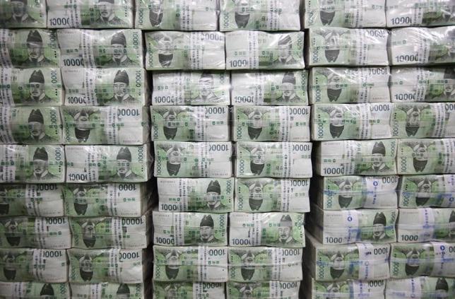 2月19日、韓国の企画財政省は、ロイターに対して、対ドルでのウォン安が続いていることについて、韓国政府が懸念を深めていると述べた。写真は韓国ウォン紙幣。ソウルで2011年9月撮影(2016年 ロイター/Lee Jae Won)