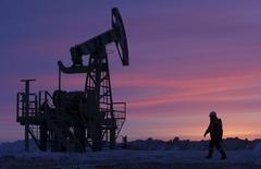 Насос-качалка на нефтяном месторождении недалеко от Уфы, принадлежащем компании Башнефть.  Цены на нефть снижаются за счет рекордных запасов в США, напомнивших инвесторам об избытке нефти на мировом рынке. REUTERS/Sergei Karpukhin/Files
