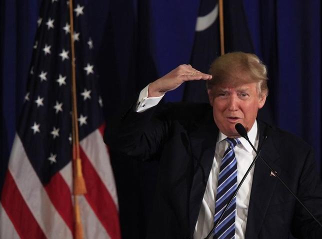 2月19日、米大統領選の共和党候補指名を狙う不動産王ドナルド・トランプ氏(写真)は、イラク戦争開始を激しく非難しているが、新たに掘り起こされた2002年のインタビューでは、戦争支持と受け止められる発言をしていた。(2016年 ロイター/Randall Hill)