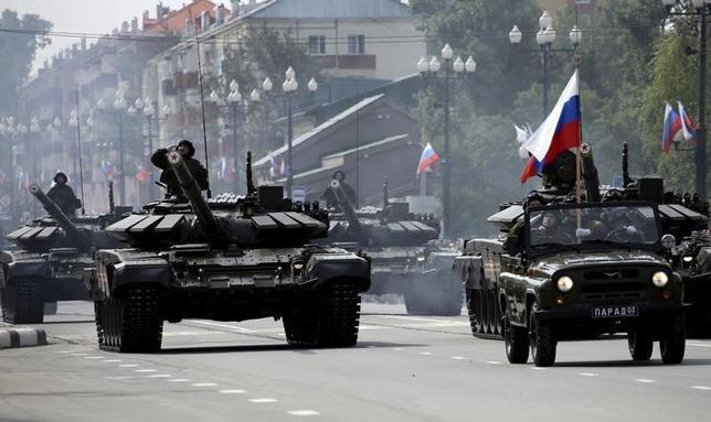 2月19日、ロシア政府は今年の防衛調達費用を5%削減することを検討している。当局の関係筋4人がロイターに明らかにした。写真はロシアの軍事パレード。ユジノサハリンスクで2015年9月撮影(2016年 ロイター/Sergei Krasnoukhov)