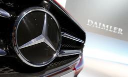 Un propietario de un Mercedes BlueTEC diésel presentó en Estados Unidos una demanda colectiva en la que acusa al fabricante de coches alemán de programar a sabiendas sus vehículos de diésel limpio (Clean Diesel) para emitir niveles no legales de óxido de nitrógeno, según dijo el bufete Hagens Berman. En la imagen, el logo de Mercedes-Benz antes de la presentación de los resultados anuales en Stuttgart, Alemania, 4 de febrero, 2016. REUTERS/Michaela Rehle