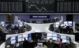 Operadores trabajando en la Bolsa de Fráncfort, Alemania, 19 de febrero de 2016. Las acciones europeas cerraron en baja el viernes, arrastradas por caídas en los sectores bancario, petróleo y automotriz, por una toma de ganancias tras una semana con fuertes avances que han ayudado a estabilizar los mercados tras un tumultuoso comienzo de año. REUTERS/Staff/Remote