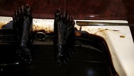 Человек лежит в ванной с нефтью в здравнице Баку 27 июня 2015 года. Азербайджан правит бюджет-2016, исходя из пессимистических прогнозов цены нефти, и ждет падения поступлений налогов от нефтегазовых компаний, следует из подготовленного Минфином законопроекта. REUTERS/Stoyan Nenov