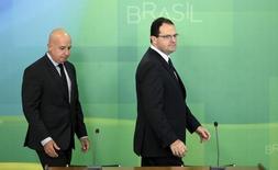 Ministros Barbosa (D) e Simão no Palácio do Planalto.  18/12/2015. REUTERS/Ueslei Marcelino