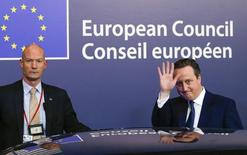 """Премьер-министр Великобритании Дэвид Кэмерон покидает саммит лидеров стран ЕС в Брюсселе 20 февраля 2016 года. Кэмерон объявил о заключении исторической сделки в пятницу после саммита ЕС в Брюсселе, сказав, что Британия получила """"особый статус"""" в Европейском союзе, и пообещал ревностно бороться за сохранение страны в составе блока на референдуме, который должен состояться в июне.  REUTERS/Yves Herman"""
