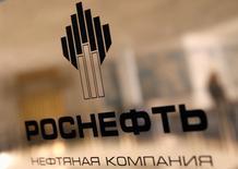 El logo de la petrolera estatal rusa Rosneft en sus oficinas en San Petersburgo. 18 de octubre, 2012. El mayor productor de petróleo de Rusia Rosneft y la empresa estatal venezolana PDVSA firmaron un acuerdo para crear un emprendimiento conjunto para desarrollar áreas de gas natural en el país sudamericano, dijo Rosneft el sábado. REUTERS/Alexander Demianchuk