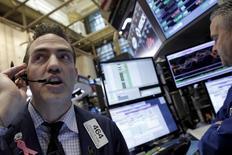 Avec un agenda chargé en indicateurs économiques et en prises de parole de responsables de la Réserve fédérale, Wall Street sera cette semaine à l'affût d'indications sur la prochaine décision monétaire de la banque centrale, d'autant que les chiffres de l'inflation publiés vendredi ont surpris par leur vigueur. /Photo prise le 17 février 2016/REUTERS/Brendan McDermid
