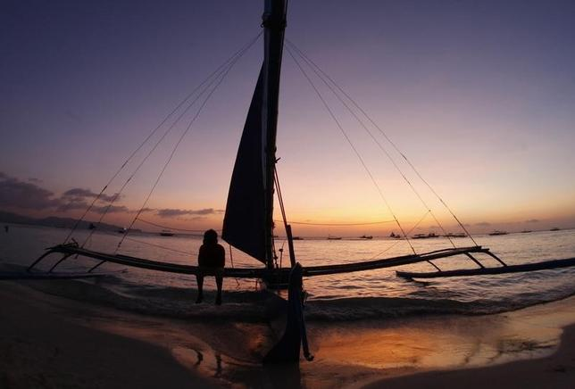 2月19日、フィリピンは、太陽や安い物価を求め、かつてないほどの低金利から逃れたい北アジア諸国の退職者を呼び込んでいる。フィリピンのボラカイ島で2008年2月撮影(2016年 ロイター/Darren Whiteside)