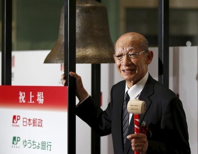 2月22日、日本郵政は、西室泰三社長が検査入院し、今月下旬の定例記者会見を中止すると明らかにした。写真は昨年11月、東証で撮影(2016年 ロイター/Toru Hanai)