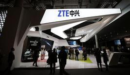 Le fabricant chinois de téléphones mobiles ZTE a présenté lundi au salon Mobile World Congress de Barcelone deux nouveaux combinés à des tarifs compétitifs et a annoncé tabler sur 60 à 70 millions d'appareils vendus cette année. /Photo d'archives/REUTERS/Albert Gea