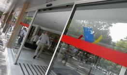 La Agencia Tributaria anunció el lunes que en el ejercicio 2015 recaudó 15.664 millones de euros en la lucha contra el fraude, un 27,2 por ciento más que el año anterior, gracias a inspecciones a grandes contribuyentes, esfuerzos para destapar la economía sumergida y el cobro efectivo de deudas tributarias. En esta imagen de archivo, un hombre entra a una oficina de la Agencia Tributaria en Barcelona, España, el 6 de septimebre de 2012. REUTERS/Albert Gea
