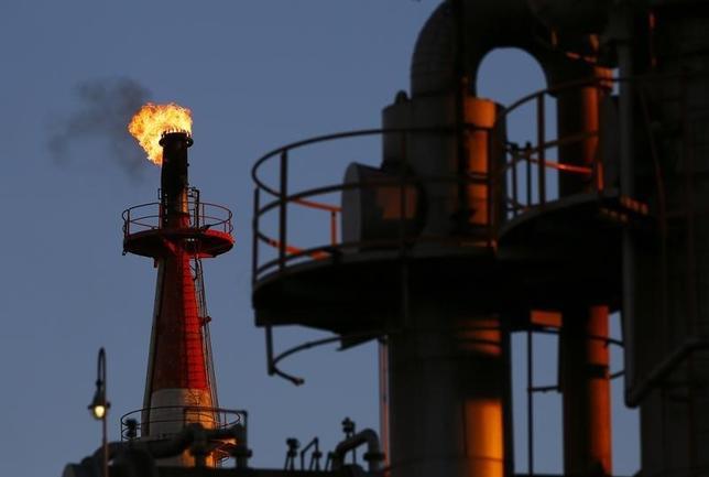 2月22日、原油先物相場は5%前後上昇した。写真は川崎の石油化学工場の煙突。2014年12月撮影(2016年 ロイター/Thomas Peter)