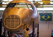 Técnico trabalha em linha de produção da família de E-Jets da Embraer em São José dos Campos (SP)). 16/10/2014. REUTERS/Roosevelt Cassio