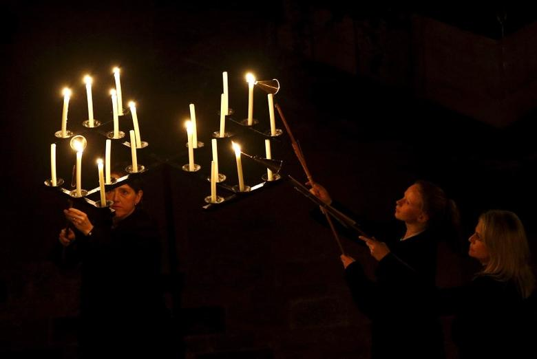 Candles are lit as Salisbury Cathedral celebrates the beginning of Advent with a candle lit service and procession, ''From Darkness to Light'', in Salisbury, Britain November 27, 2015. REUTERS/Peter Nicholls
