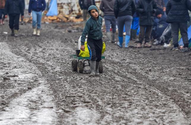 2月23日、欧州対外国境管理協力機関が公表した統計によると、EUへの難民・移民の流入数は1月、前月比で40%減の6万8000人となった。写真はフランス北部・グランドサント難民キャンプで3日撮影(2016年 ロイター/Yves Herman)