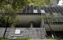 En la imagen, la oficina principal de la brasileña Petrobras en Río de Janeiro, Brasil, 28 de enero, 2016. La brasileña Petrobras planea cerrar plataformas de perforación en la costa en al menos seis estados del país debido a los bajos precios del crudo, informó el martes el diario Valor Económico, al citar una fuente con conocimiento de las operaciones.  REUTERS/Sergio Moraes