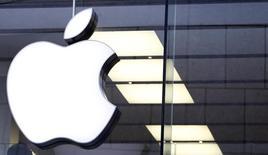 El logo de Apple en una tienda de la compañía en Múnich, ene 27, 2016. Un legislador demócrata estadounidense pidió el martes al FBI que retire su exigencia de que Apple ayude a desbloquear un iPhone vinculado a uno de los atacantes que el pasado 2 de diciembre mataron a 14 personas en San Bernardino, California.   REUTERS/Michaela Rehle