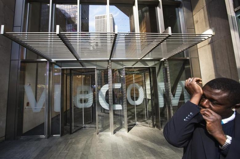 A security guard speaks into a microphone in his sleeve as he stands outside the Viacom Inc. headquarters in New York April 30, 2013. REUTERS/Lucas Jackson
