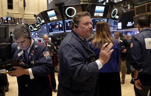 2月23日、米国株式市場は下落。再び原油価格が値下がりしたことを受けて売り圧力が強まった。ニューヨーク証券取引所で撮影(2016年 ロイター/Brendan McDermid)