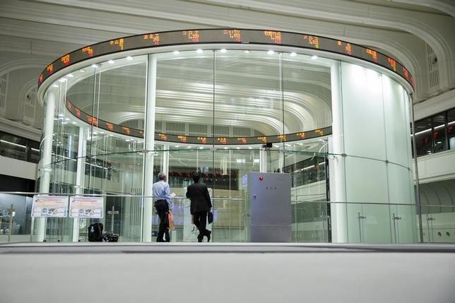 2月24日、寄り付きの東京株式市場で、日経平均株価は前営業日比200円92銭安の1万5851円13銭と続落した。東証で2015年6月撮影(2016年 ロイター/Thomas Peter)