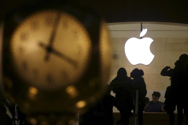 The Apple logo is pictured behind the clock at Grand Central Terminal in the Manhattan borough of New York, February 21, 2016. REUTERS/Carlo Allegri