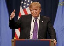 Республиканец Дональд Трамп выступает перед сторонниками в Лас-Вегасе, Невада 23 февраля 2016 года. Бизнесмен Дональд Трамп укрепился в статусе фаворита в гонке за позицию кандидата в президенты США от Республиканской партии, выиграв предварительные выборы (кокусы) в Неваде, что стало третьей для него победой в четырех штатах. REUTERS/Jim Young