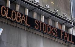 Las bolsas europeas caían el miércoles por segunda vez consecutiva, lastradas por las ventas de acciones relacionadas con las materias primas, tras la bajada de los precios del cobre y el petróleo.  En la imagen de archivo, un cartel luminoso anuncia caídas en diferentes parqués bursátiles, en Nueva york, New York, el 24 de agosto de 2015. REUTERS/Mike Segar