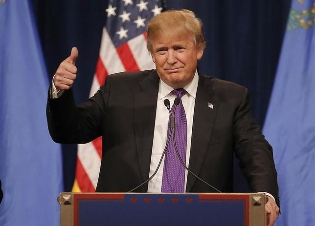 2月24日、米大統領選の共和党候補指名争い第4戦となるネバダ州党員集会が23日に開かれ、不動産王ドナルド・トランプ氏が圧勝。写真は勝利を決めたトランプ氏。23日撮影(2016年 ロイター/Jim Young)