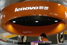 """Lenovo Group a l'intention de lancer en juillet sur les marchés développés un nouveau smartphone doté de fonctions de """"réalité augmentée"""" développées en partenariat avec Google.  /Photo d'archives/REUTERS/Aly Song"""