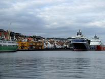Imagen del puerto de Stavanger, Noruega. 11 de octubre, 2015. Las petroleras noruegas agudizaron los recortes a sus planes de inversión en 2016, mostró el miércoles el más reciente sondeo de la oficina de estadísticas de Noruega, debilitando a la moneda local y avivando las expectativas de una reducción en las tasas de interés por parte del banco central el próximo mes. REUTERS/Stine Jacobsen