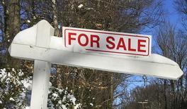 Un cartel de venta de una casa en la circunvalación de Washington DC en Annandale, Virginia, Ene 24, 2016. La ventas de casas nuevas unifamiliares en Estados Unidos se desplomaron en enero desde un máximo de 10 meses debido a una caída en la zona oeste del país, aunque la recuperación del mercado de la vivienda en general permanece intacta. REUTERS/Hyungwon Kang/Files