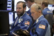 Operadores trabajando en la bolsa de Wall Street en Nueva York, feb  24, 2016. Las acciones en Wall Street bajaban el miércoles, ya que los títulos de las compañías energéticas se vieron afectados por el descenso de los precios del petróleo después de que Arabia Saudita descartó un recorte en la producción para ayudar a lidiar con la sobreoferta global.  REUTERS/Brendan McDermid
