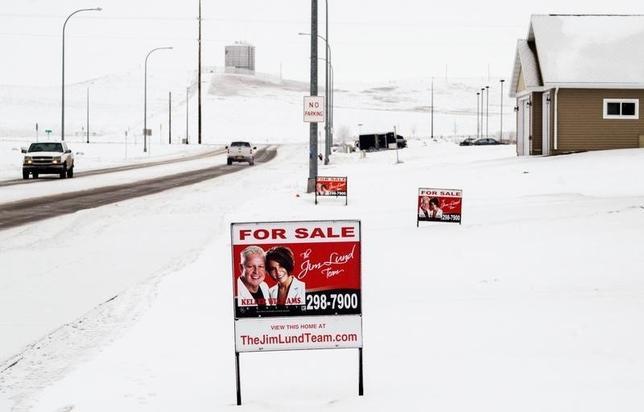 2月24日、1月の米新築1戸建て住宅販売は年率換算で前月比9.2%減の49万4000戸となった。写真は売却物件の広告。1月21日、米ノースダコタ州で撮影。(2016年 ロイター/Andrew Cullen)