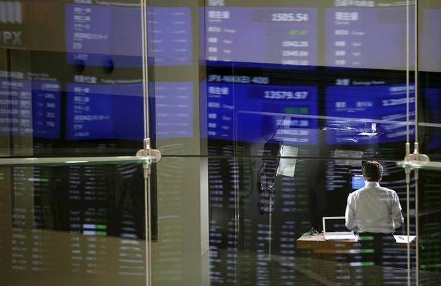 2月25日、寄り付きの東京株式市場で、日経平均株価は前営業日比67円68銭高の1万5983円47銭となり、反発して始まった。東証で2015年8月撮影(2016年 ロイター/Toru Hanai)