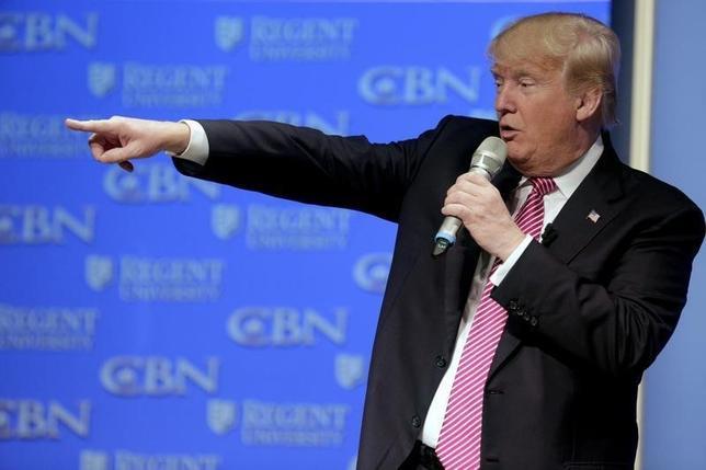 2月24日、世界中のオンライン賭けサイトで、米大統領選に向けてドナルド・トランプ氏が共和党候補指名を獲得するとの予想確率が急上昇し、過去最高に達した。写真は24日、バージニア州リージェンツ大学で選挙演説するトランプ候補者(2016年 ロイター/Joshua Roberts)